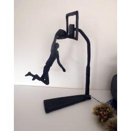 Sculpture basketteur au panier, Métal marron