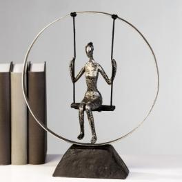 Statue femme sur balançoire, Résine argent