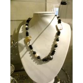 Collier perles nacrées bleues foncées et nacres